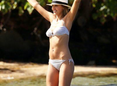 Jessica Alba Pose at the Beach